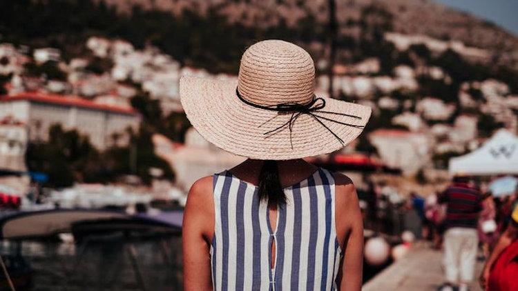 """Sardaigne """"src ="""" http://www.luxurytravelmagazine.com/images/article/2020Mar/Sardinia.jpg """"style ="""" largeur: 750 px; hauteur: 422px; """"/></p> <h2>4) Sardaigne, Italie</h2> <p>Sardina est la quintessence de vacances à la voile de luxe. Lors de votre visite en Corse, vous pouvez naviguer vers la Sardaigne (ou vice-versa) pour un équilibre parfait entre des plages immaculées et peu fréquentées et des événements de plaisance opulents et une cuisine raffinée.</p> <p>Trouvez votre chemin vers Porto Cervo et assistez à des régates prestigieuses pendant la saison estivale ou profitez d'un havre de vie sauvage dans la réserve naturelle de La Maddalena.</p> <h2>5) Porto Heli, Grèce</h2> <p>Situé dans le golfe Saronique, Port Heli est un célèbre village portuaire du côté est du Péloponnèse. Une destination familiale idéale, où les yachts privés sont amarrés et les propriétaires de yachts profitent de vacances opulentes.</p> <p>Vous arriverez à découvrir que le paysage méditerranéen doux est la toile de fond de plages attrayantes, de belles villas et d'une vie nocturne animée. Ce ne sont que quelques points forts de Porto Heli.</p> <p>Porto Heli est l'une des destinations de vacances les plus luxueuses de Grèce et pour une bonne raison!</p> <h2>6) Santorin, Grèce</h2> <p>L'une des îles grecques les plus emblématiques de la mer Égée est sans aucun doute Santorin. Une île spectaculaire du groupe d'îles des Cyclades, Santorin offre un paradis complet.</p> <p>Des maisons traditionnelles blanchies à la chaux et des toits bleus aux bougainvillées roses, cette magnifique île volcanique ne vous laissera pas tomber.</p> <p>Trouvez votre chemin vers les sources chaudes de Nea Kamini ou profitez d'une randonnée de Fira à Oia pour une vue panoramique sur l'océan.</p> <p><img alt="""