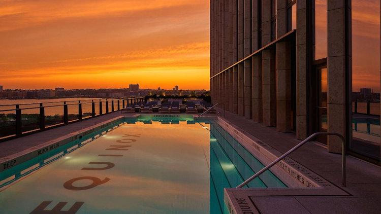Puesta de sol sobre la piscina del hotel Equinox